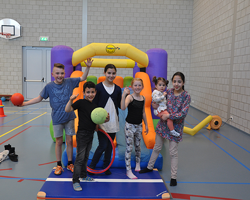 De kinderen spelen heerlijk in de sporthal